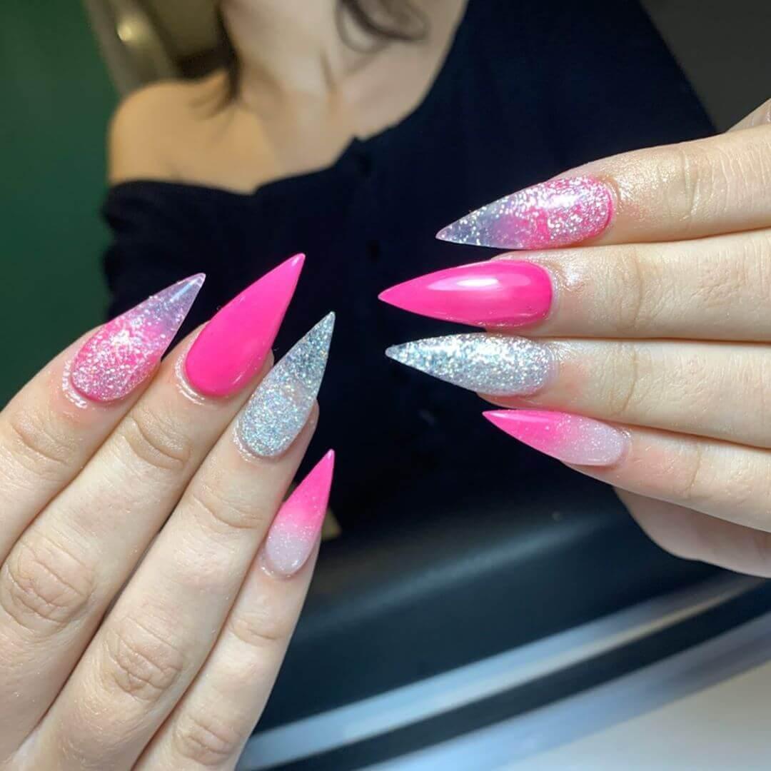 uñas acrilicas plateadas con rosa