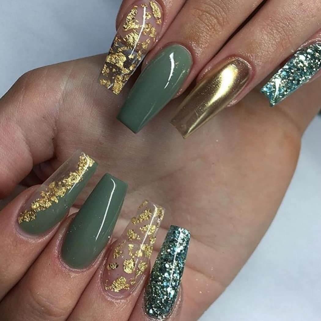 uñas acrilicas verde con dorado