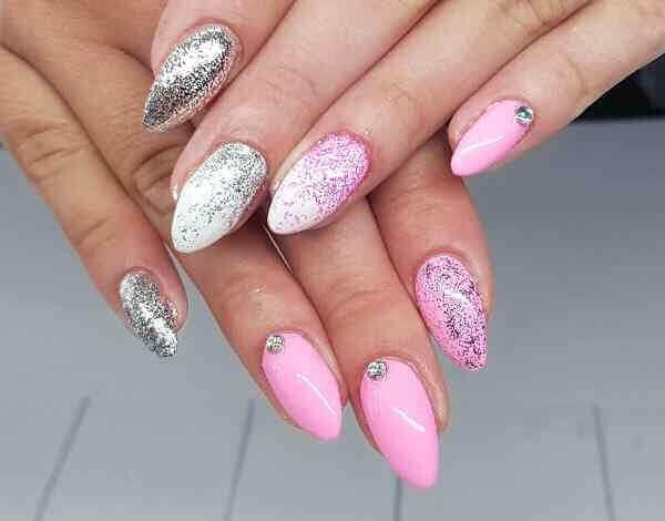 uñas almendra plata y rosa