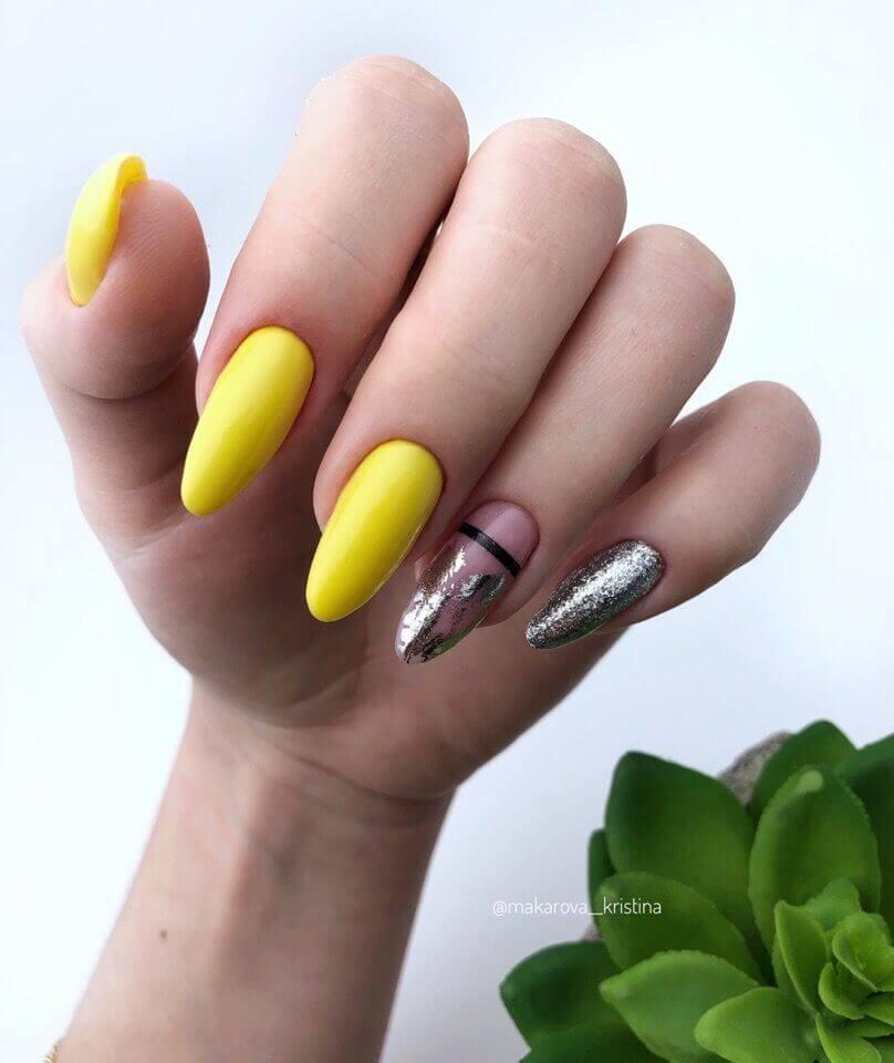 uñas amarillas con plata