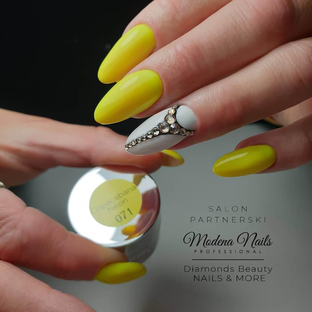 uñas amarillas elegantes con piedras