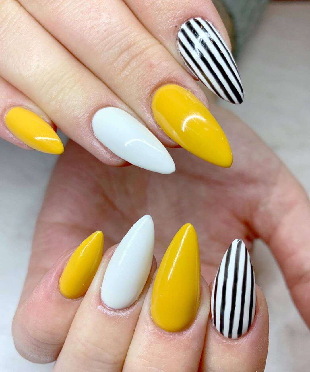 uñas amarillas mostaza con blanco y negro