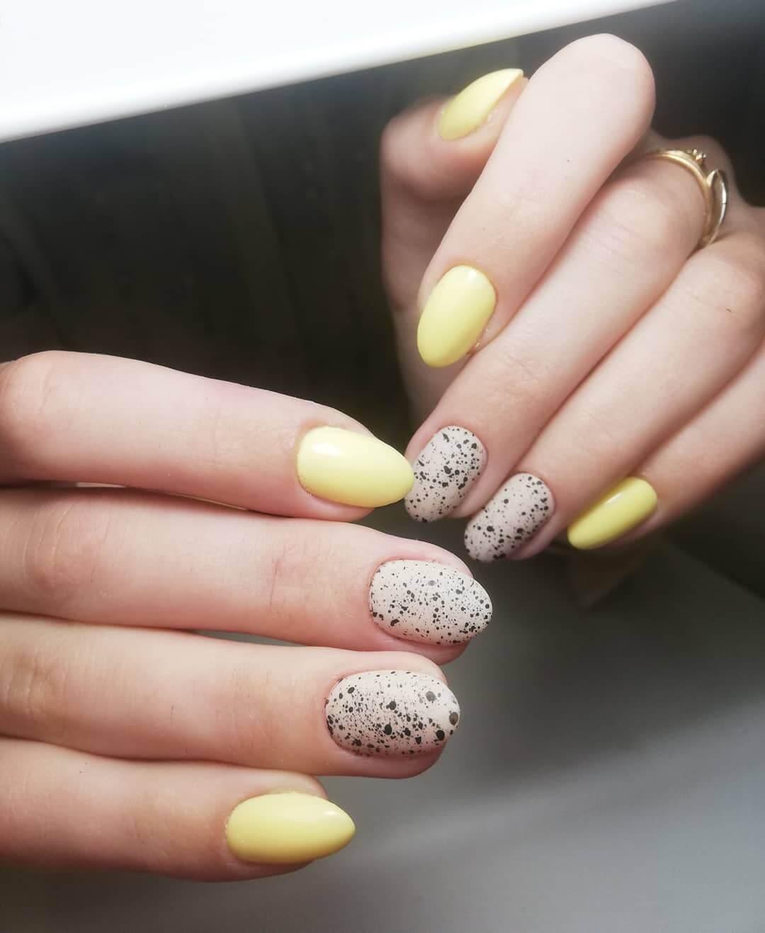 uñas amarillas pastel con nude y negro