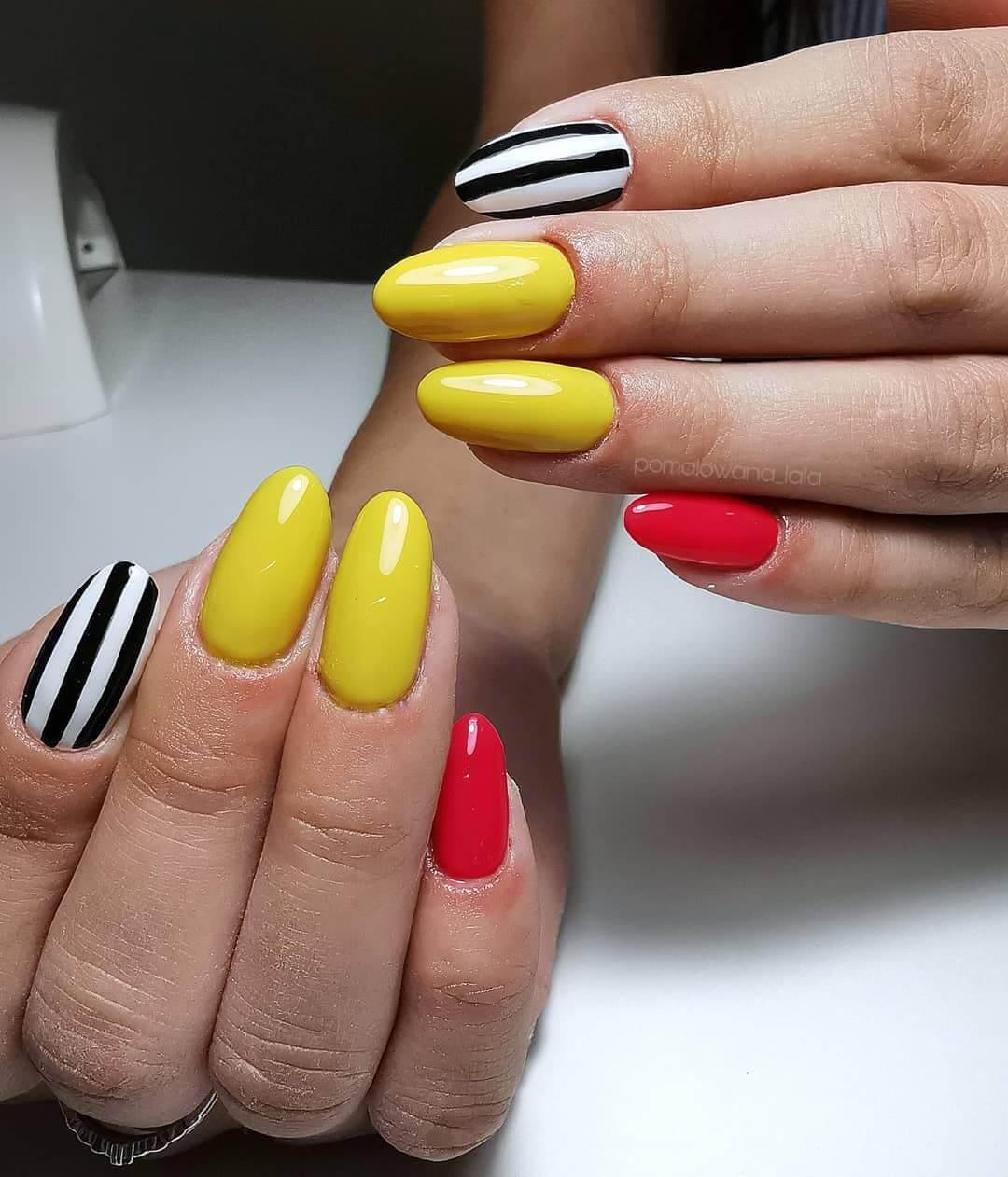uñas amarillo mostaza con rojo y negro