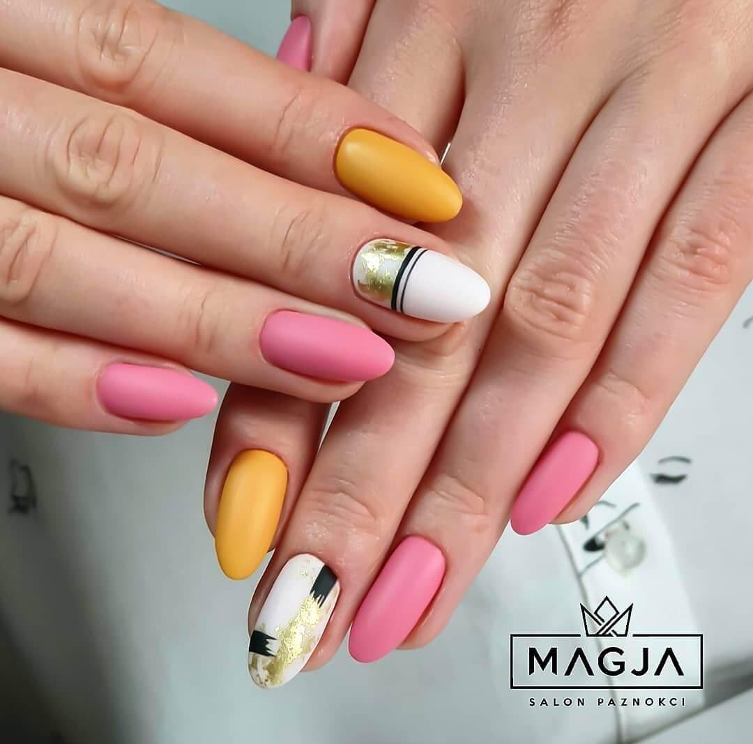 uñas amarillo mostaza con rosa palo