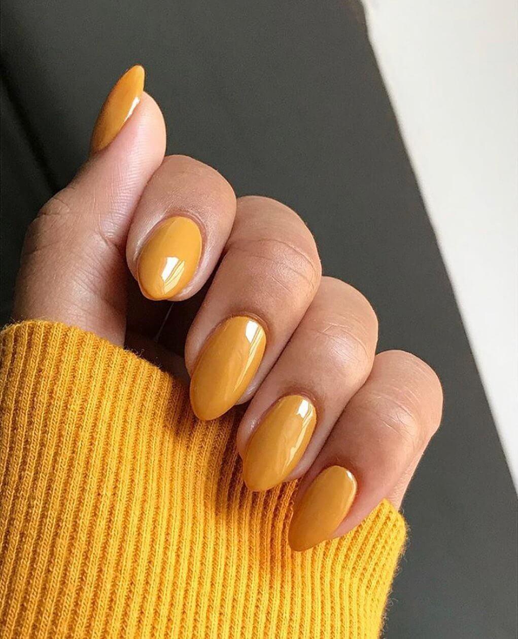 uñas amarillo mostaza