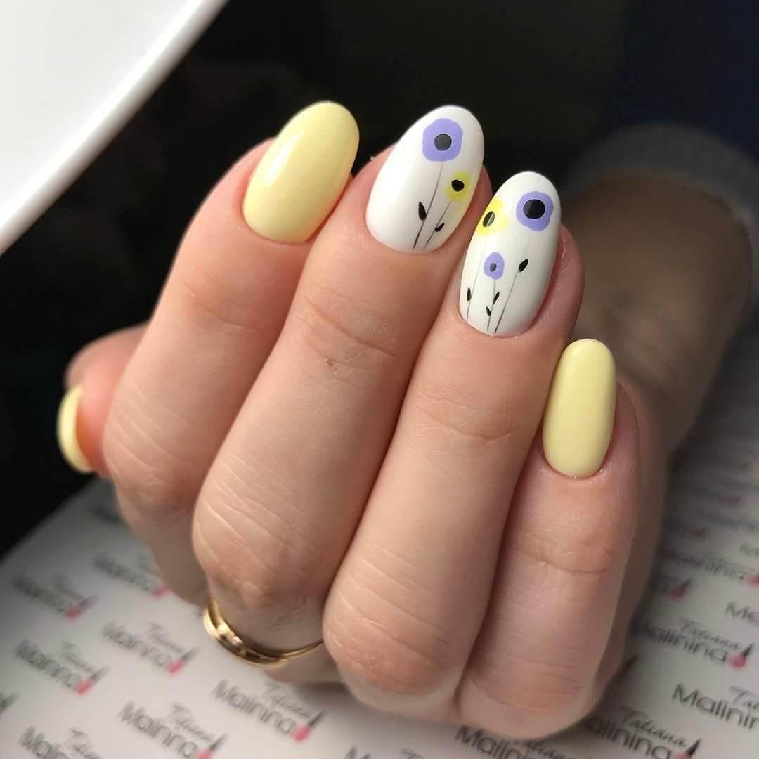 uñas amarillo pastel con flores