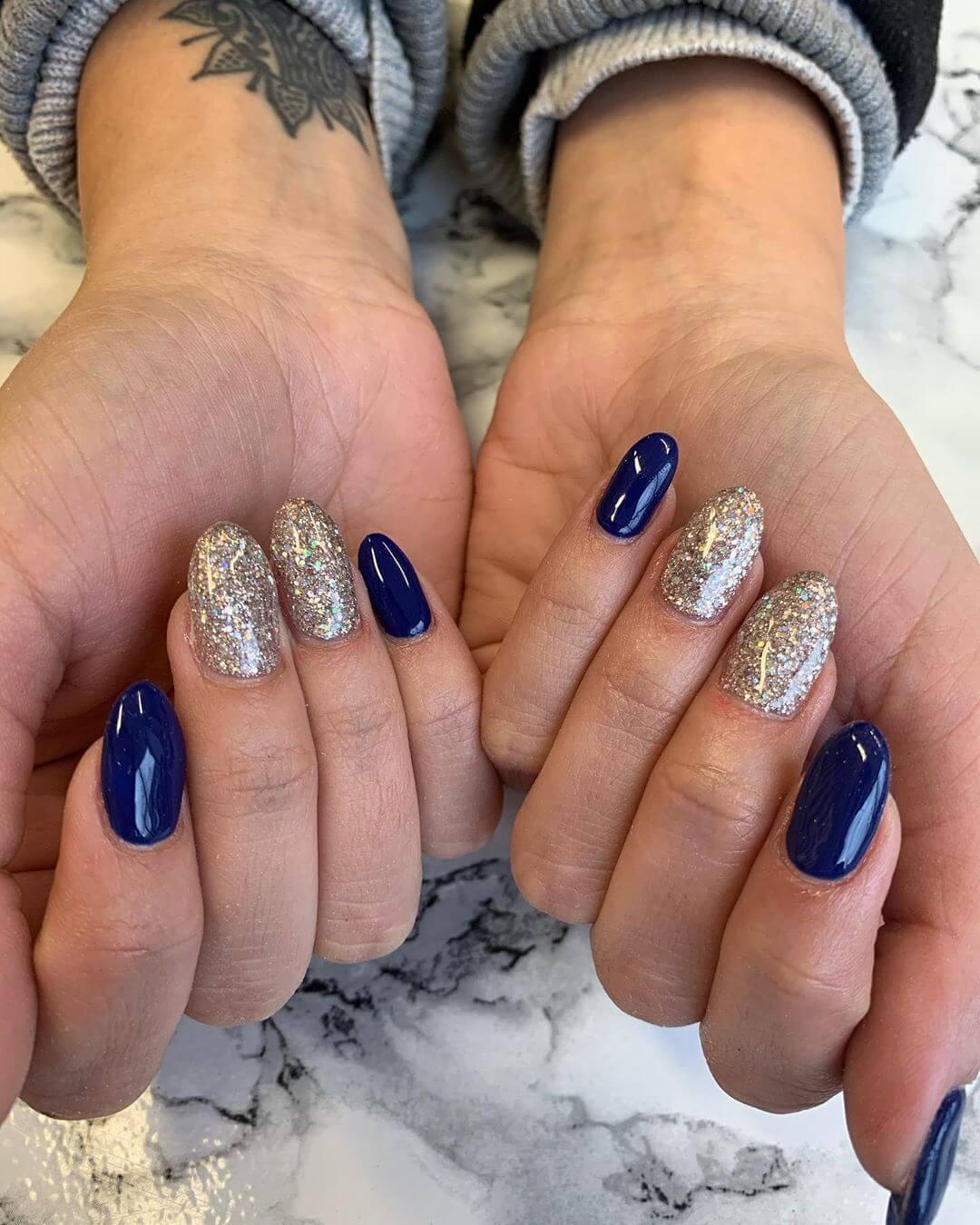 uñas azul francia con plata