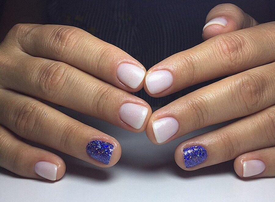 uñas blancas con azul
