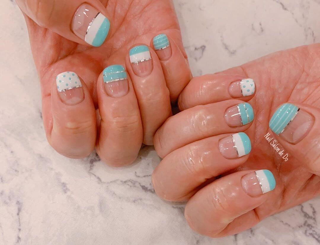uñas blancas con celeste