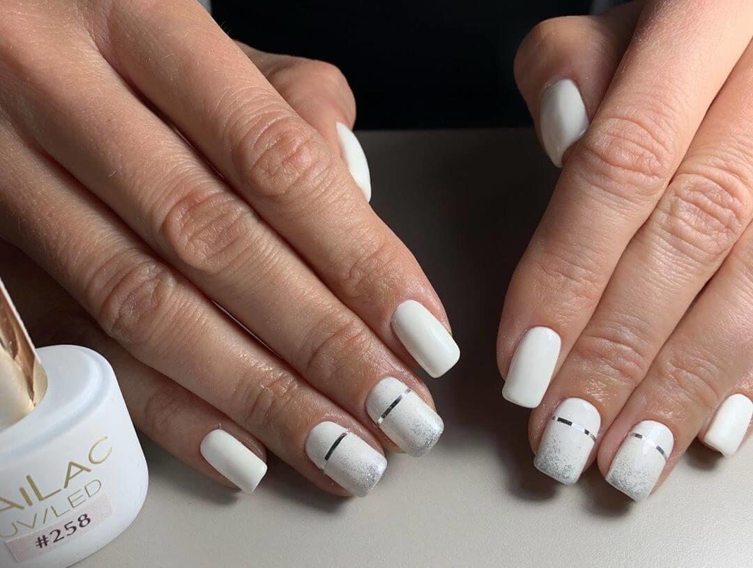 uñas blancas con cintas color plata