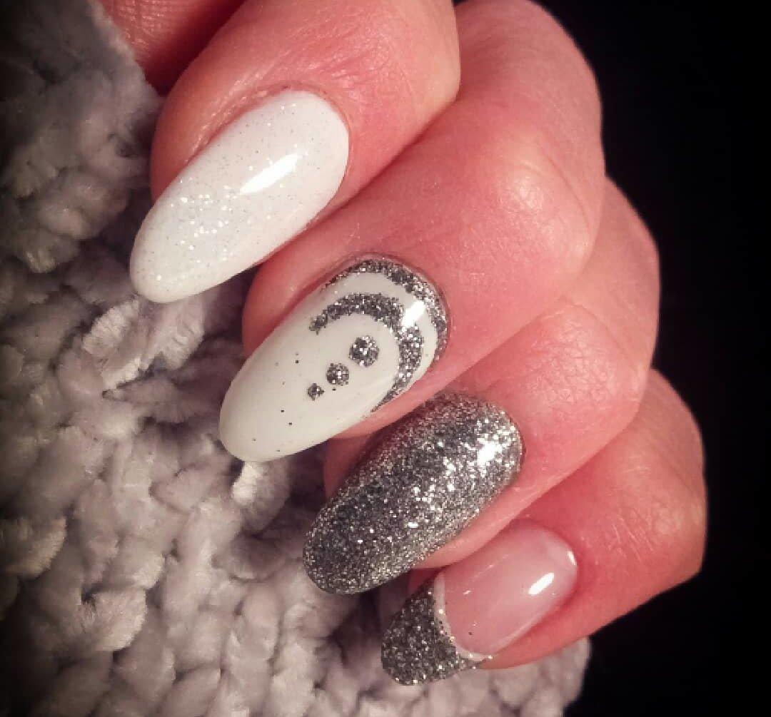 uñas blancas con diseño plata