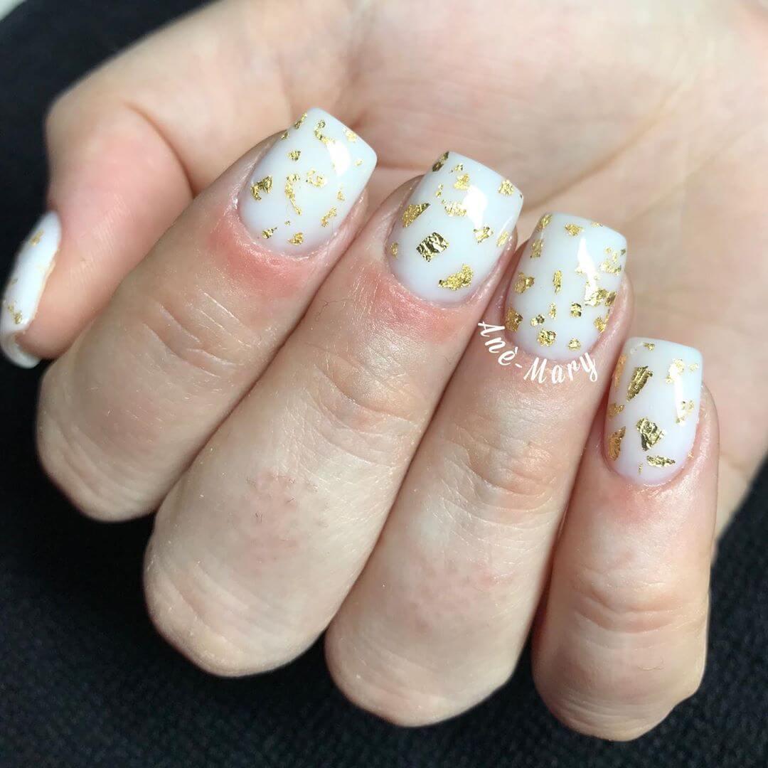 uñas blancas con dorado