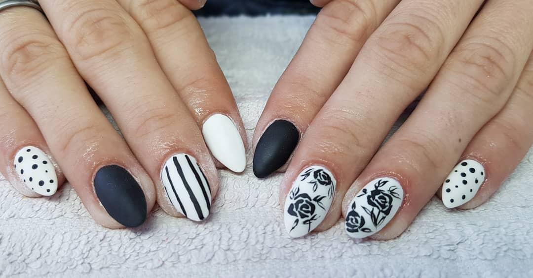 uñas blancas con estampado negro