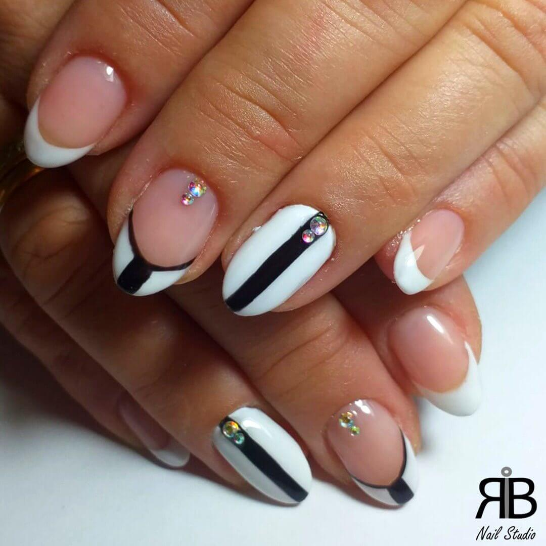 uñas blancas con lineas negras y francesa