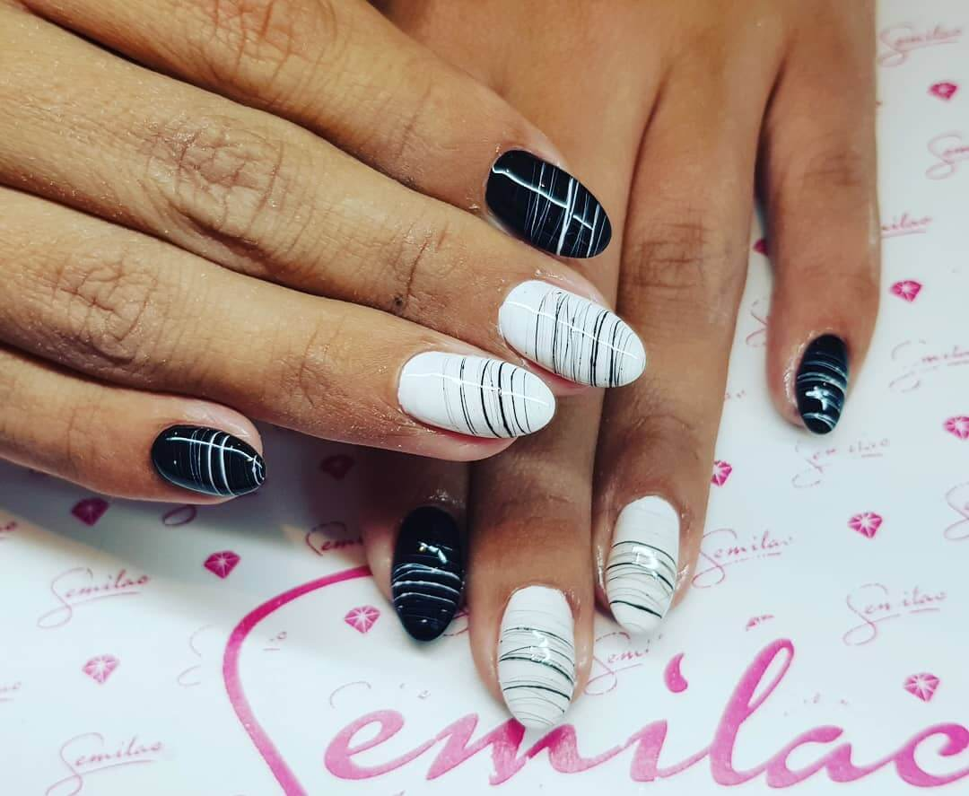 uñas blancas con negro decoradas con lineas