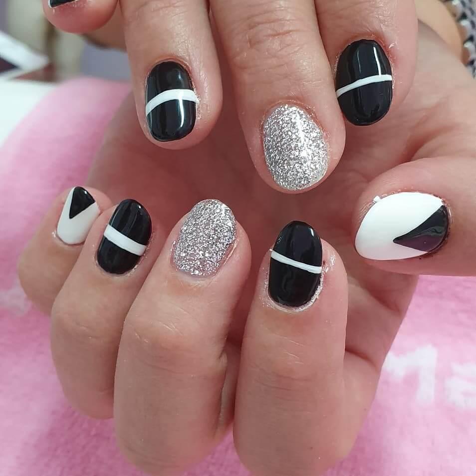 uñas blancas con negro y plata