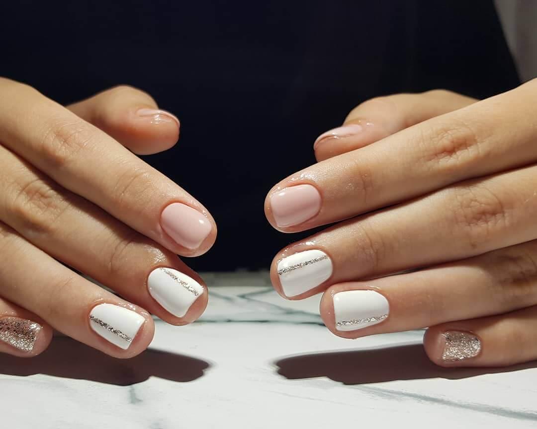 uñas blancas con nude y plata