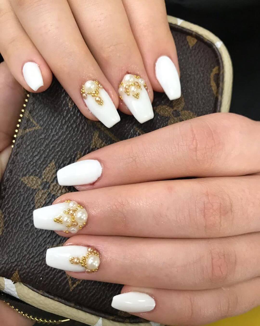 uñas blancas con perlas