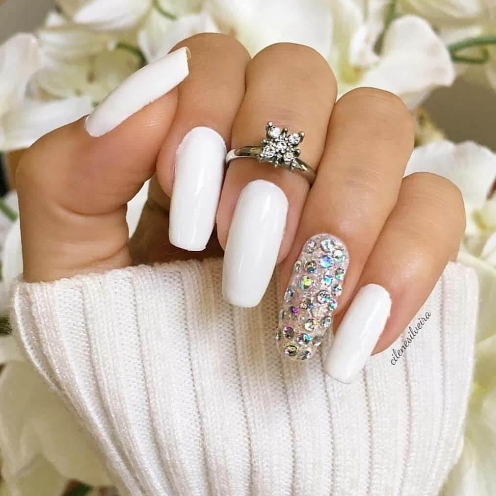 uñas blancas con piedras swarovski