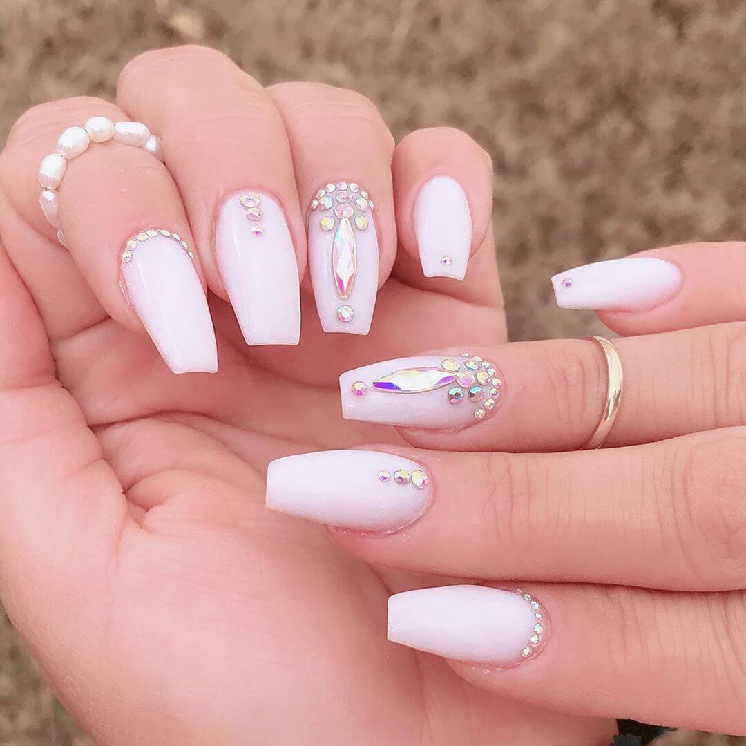uñas blancas con piedras