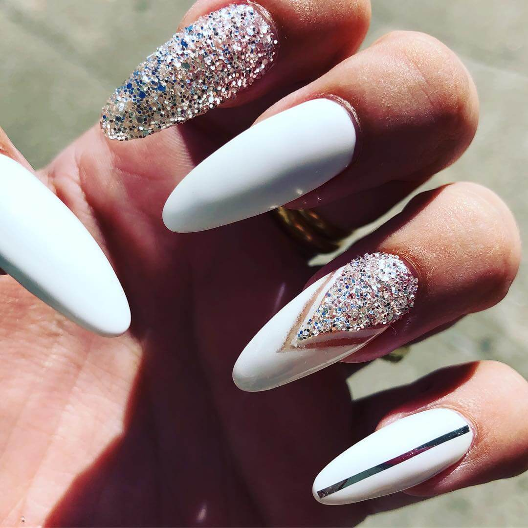 uñas blancas con plata glitter