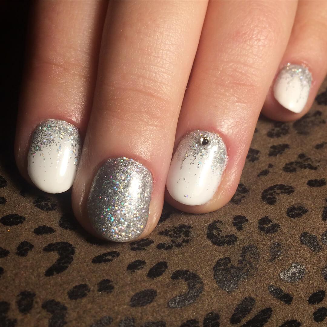 uñas blancas con plata y piedra
