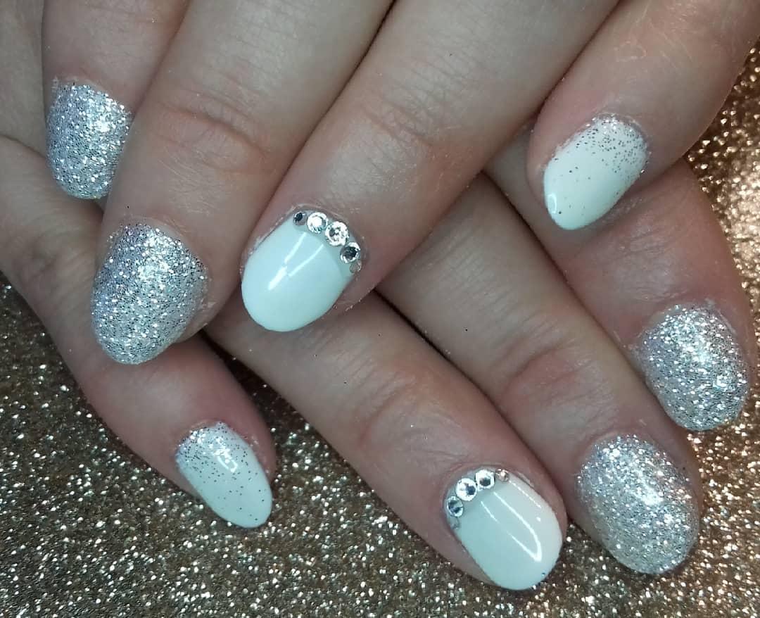uñas blancas con plata y piedras