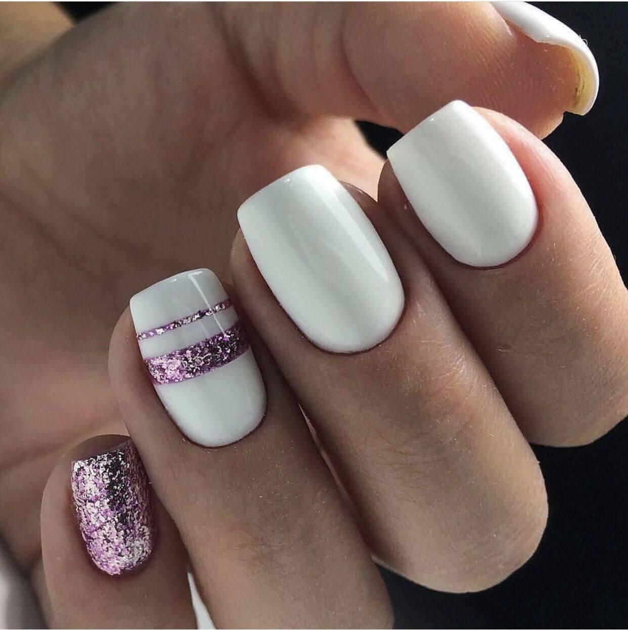 uñas blancas con rosa brillante