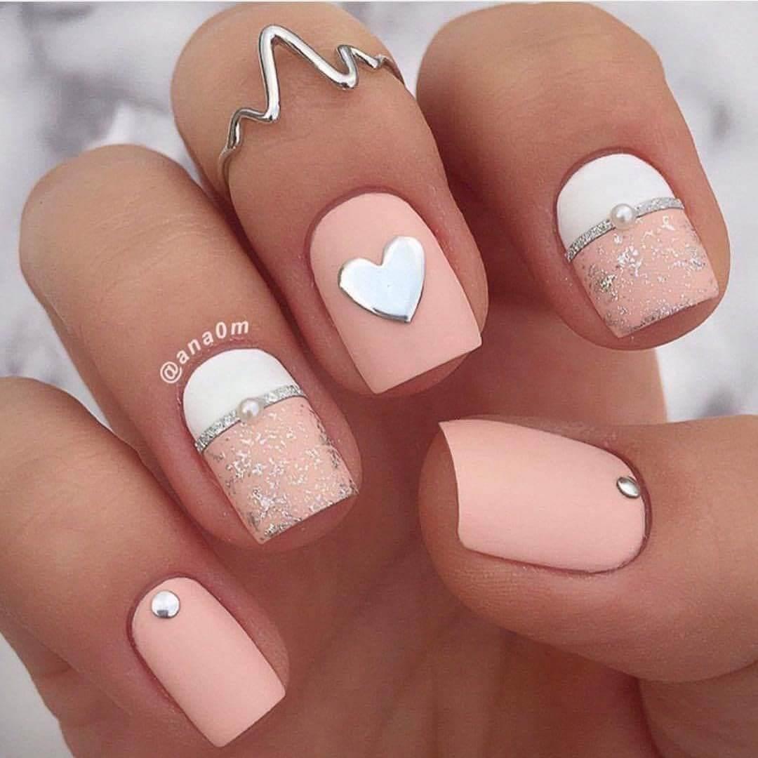 uñas blancas con rosa palo
