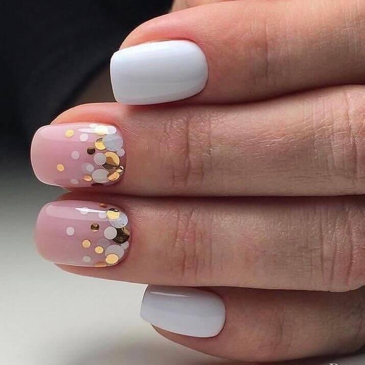 uñas blancas con rosa y confetti
