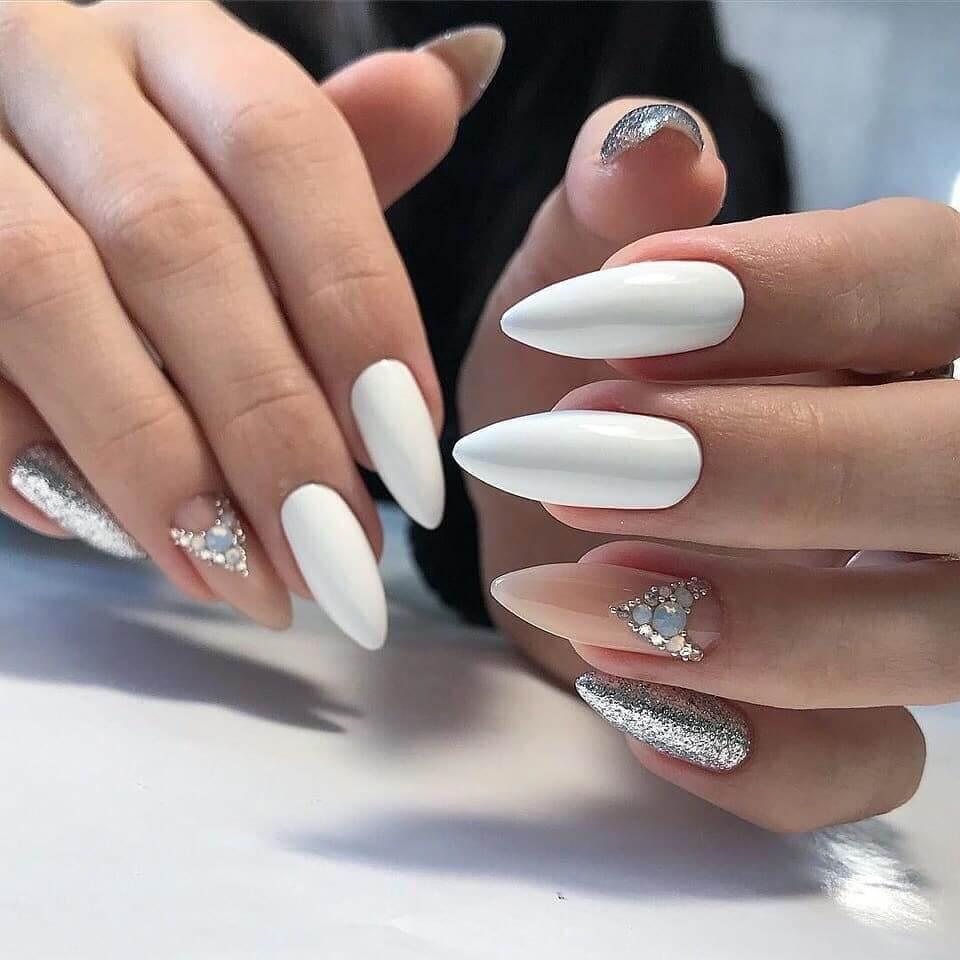 uñas blancas elegantes con piedras y plata