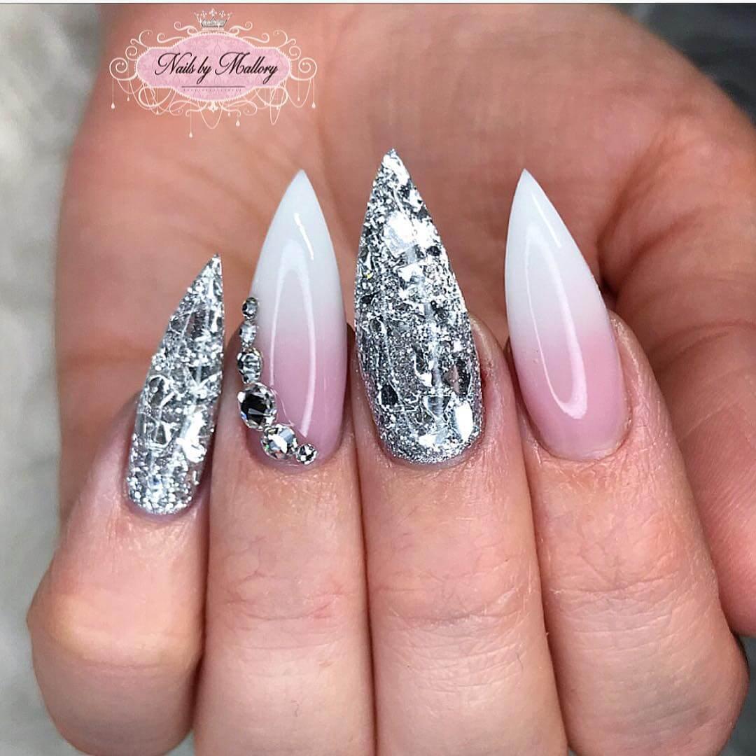 uñas blancas elegantes con plata