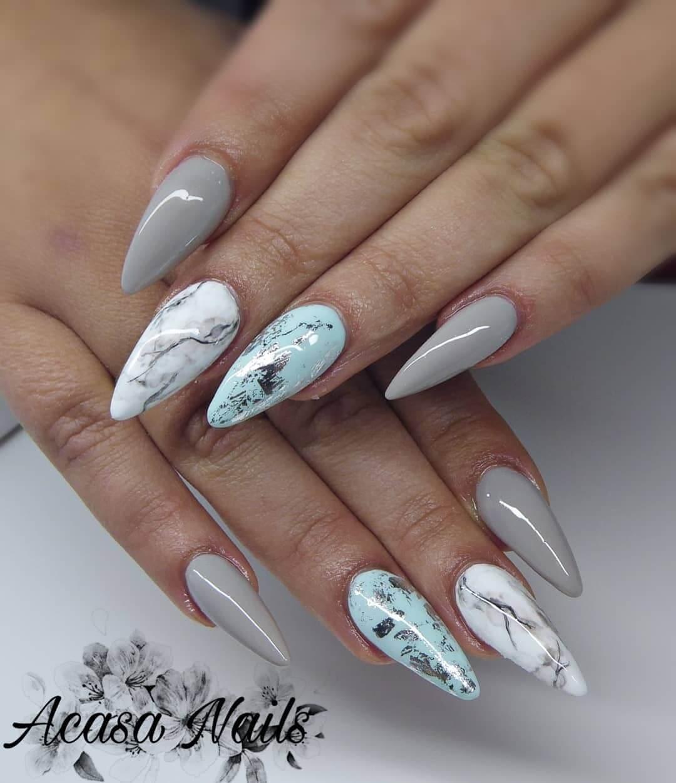 uñas blancas marmoladas con plata