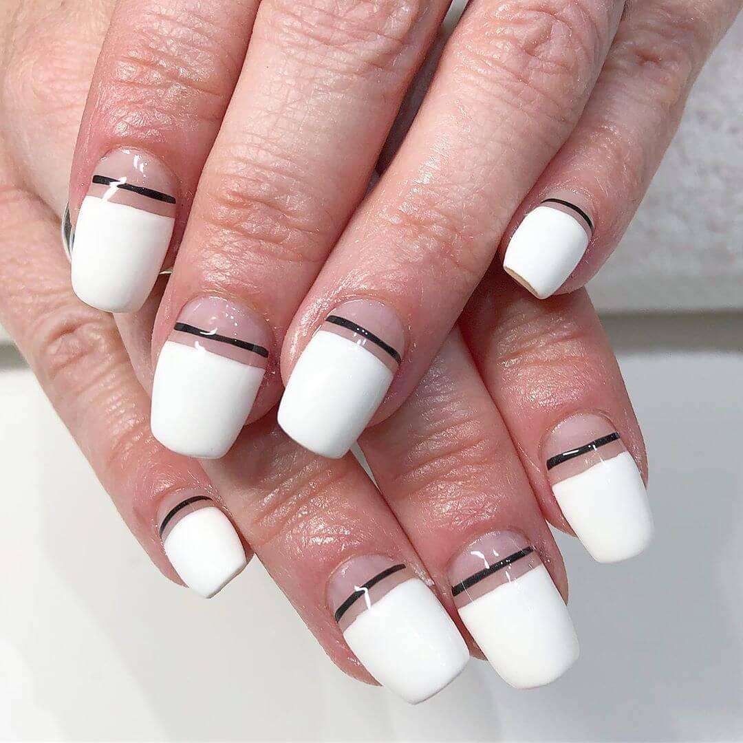 uñas blancas sencillas con lineas negras