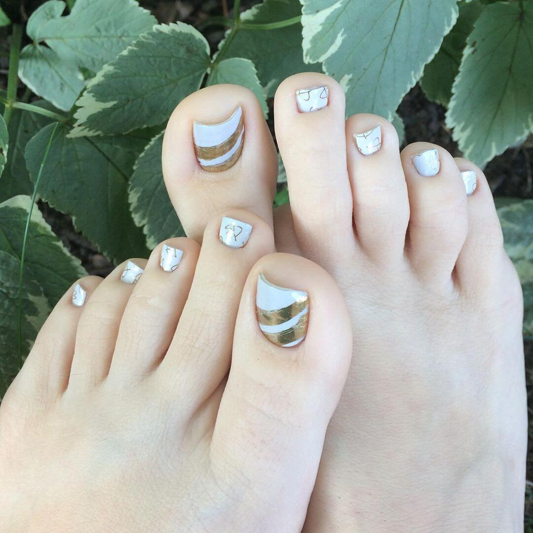 uñas blancas y dorado para el pie