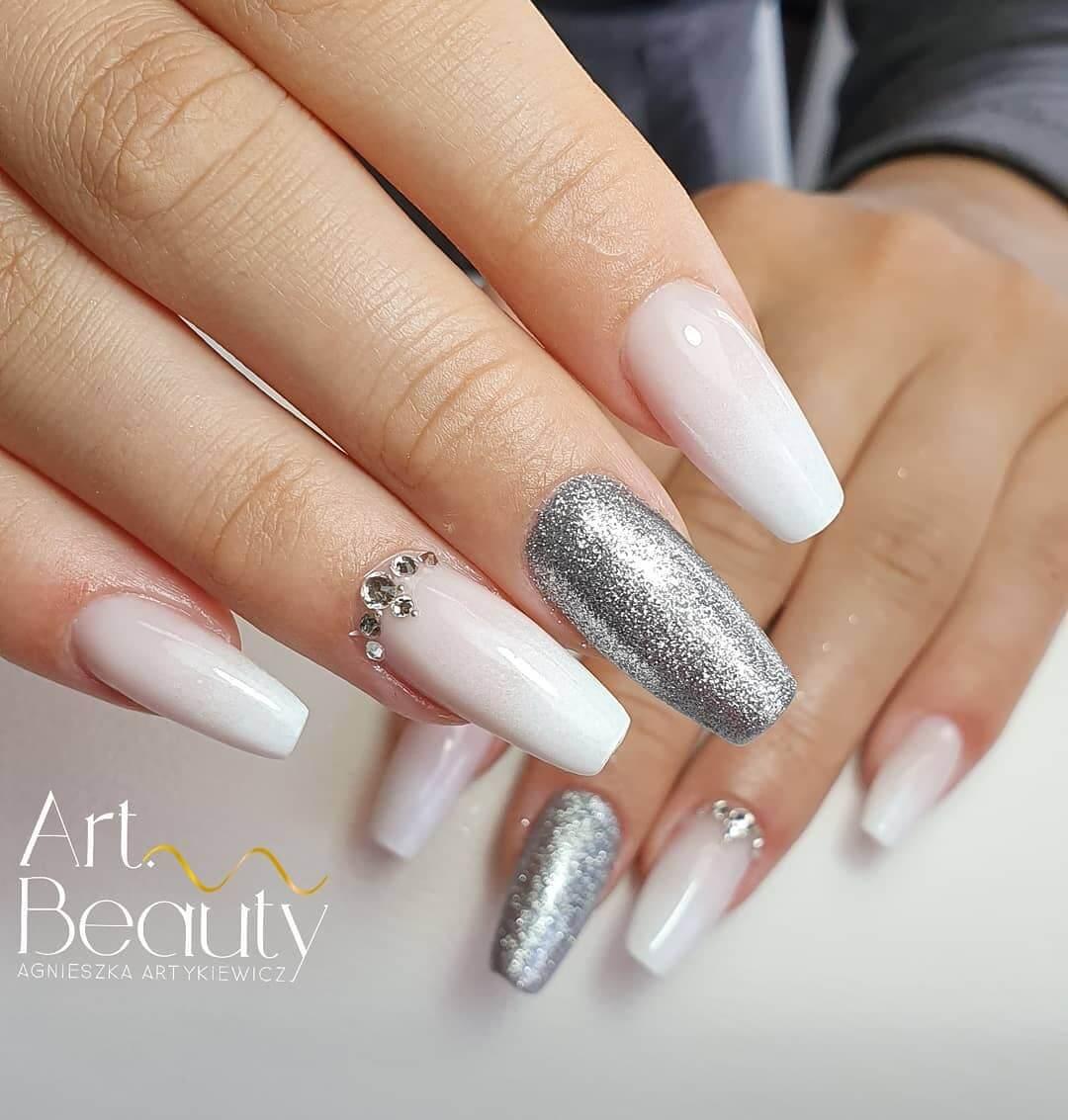 uñas blancas y plateadas
