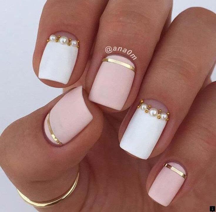 uñas blancas y rosa mate con piedras