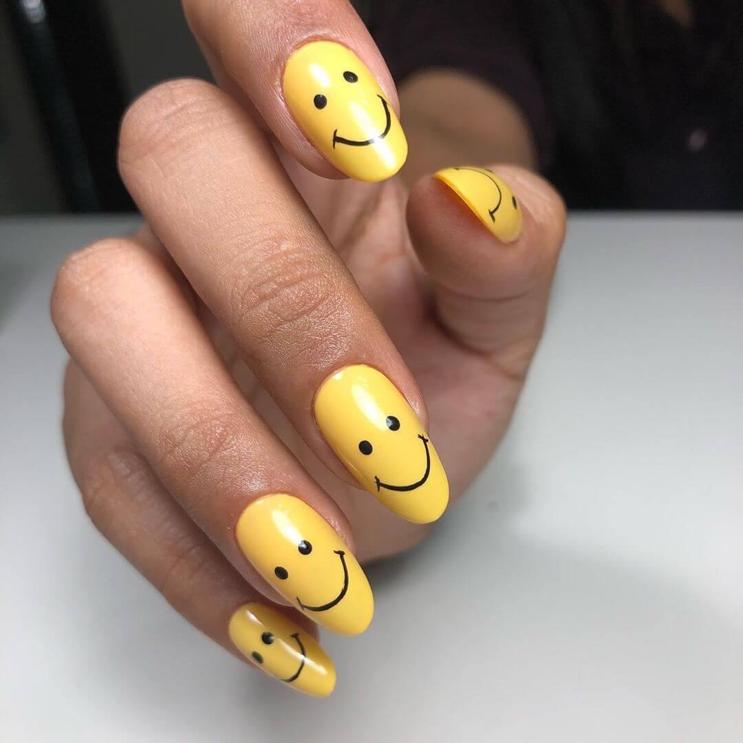 uñas color amarillo con emoji