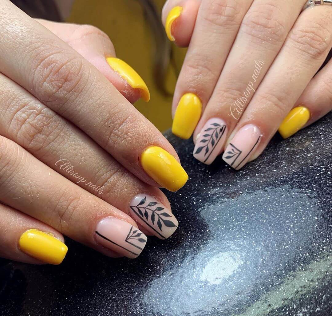 uñas color amarillo con estampado