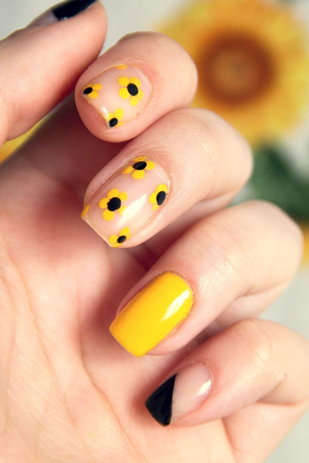 uñas color amarillo con flores