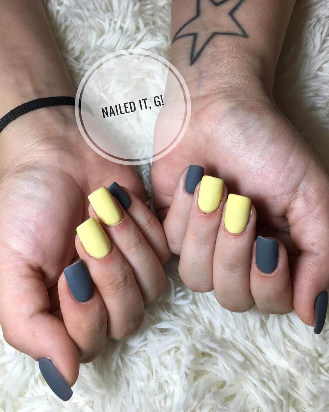 uñas color amarillo pastel con gris