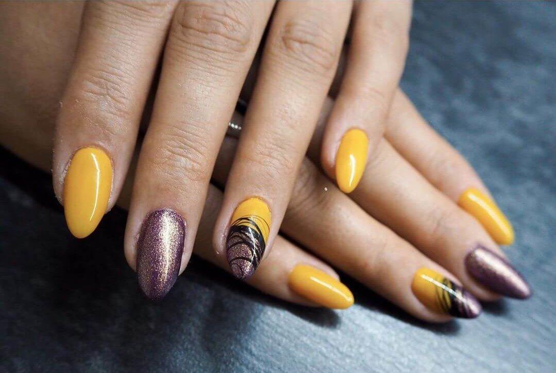 uñas amarillo mostaza con dorado