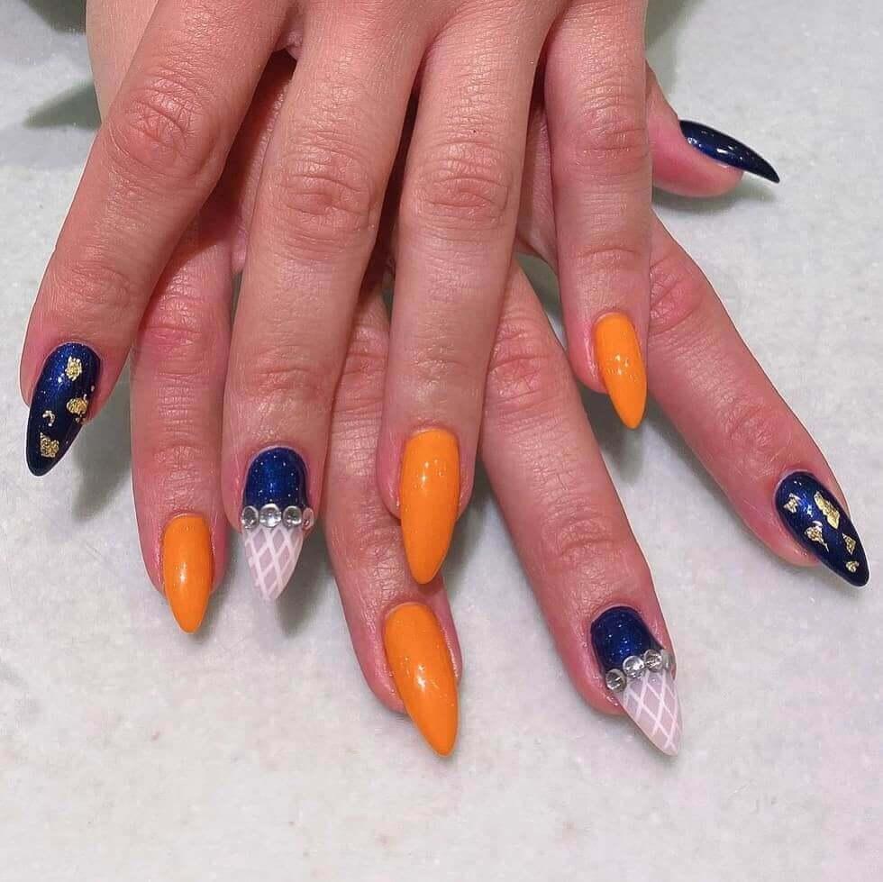 uñas color naranja con azul