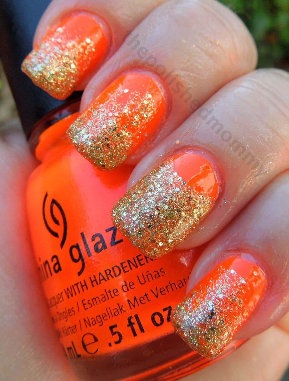uñas color naranja con brillos dorado