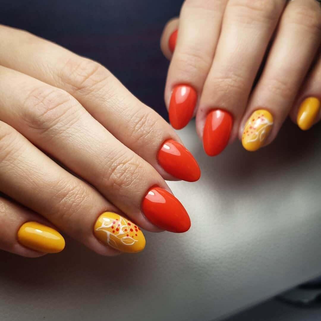 uñas color naranja con diseño