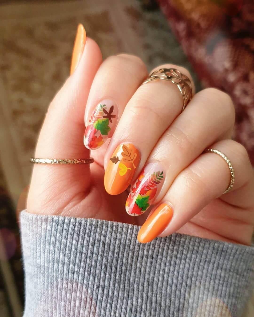 uñas color naranja con flores