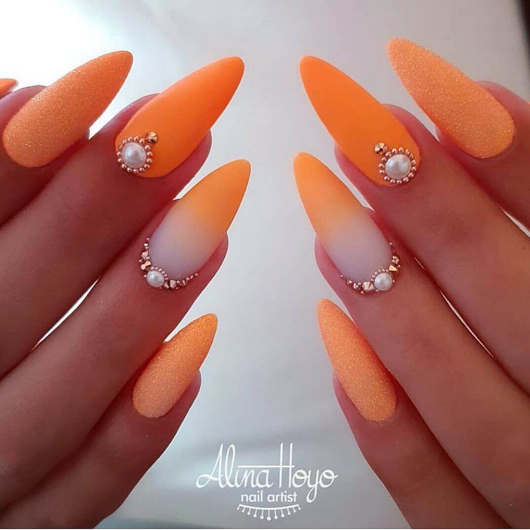 uñas color naranja degradadas