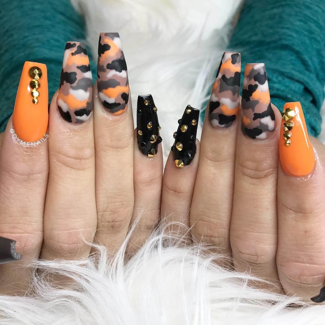 uñas color naranja elegantes con negro
