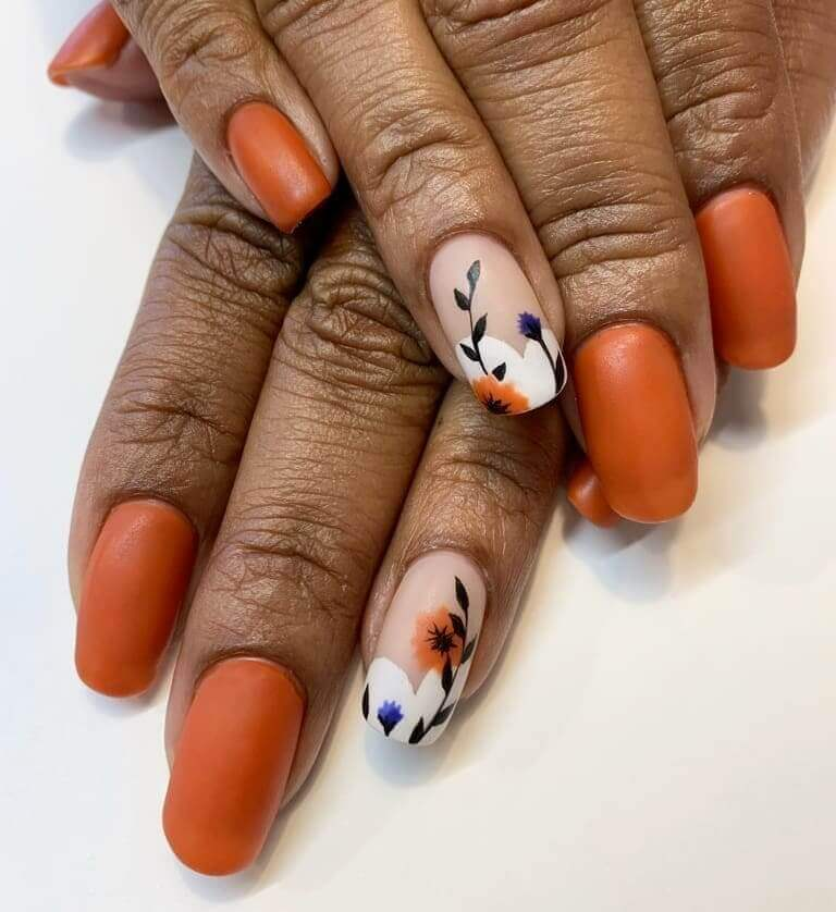 uñas color naranja mate con estampado floral